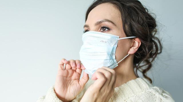 Коронавирус смог пройти сквозь два типа масок при кашле