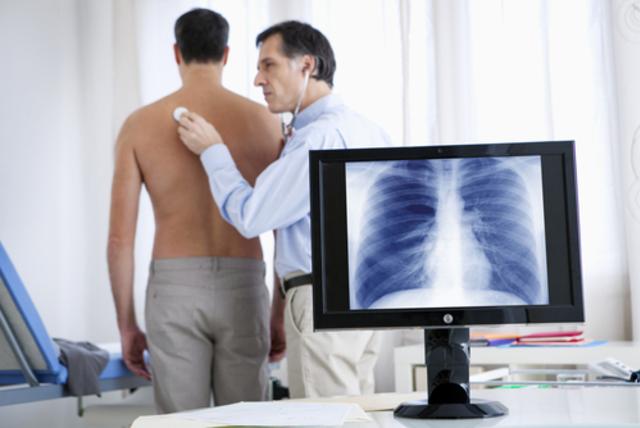 При диагностике бронхита врач расспрашивает пациента и слушает его легкие.