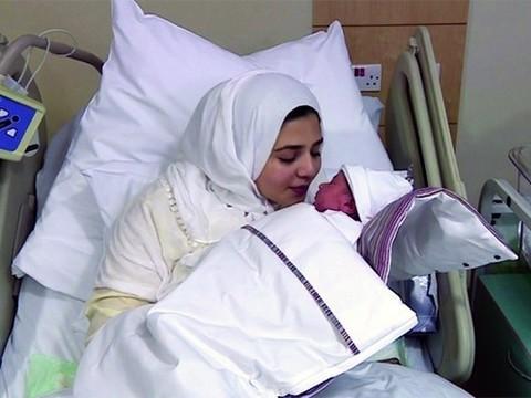 Женщина родила сына после того, как ей пересадили ее же яичник, замороженный ранее