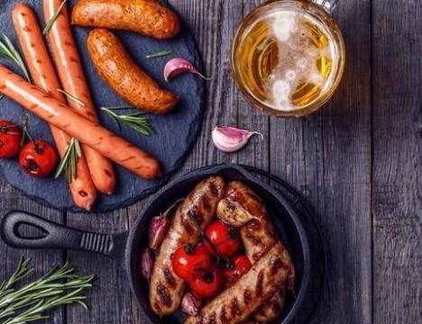 Эксперты: безопасного количества алкоголя и сосисок не существует