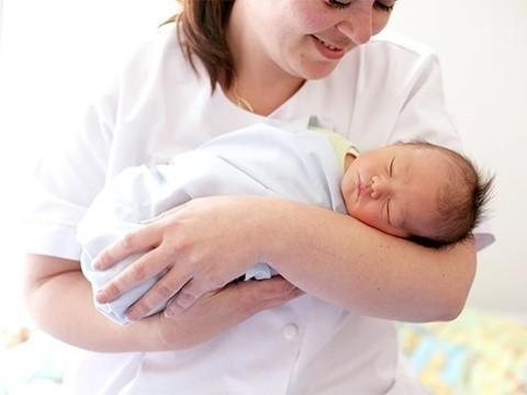 Ученые из Новой Зеландии: рожать с акушеркой опаснее, чем с врачом