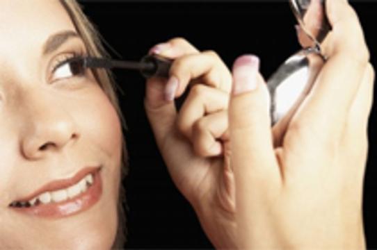 Нанесение макияжа улучшает [осанку и координацию движений]