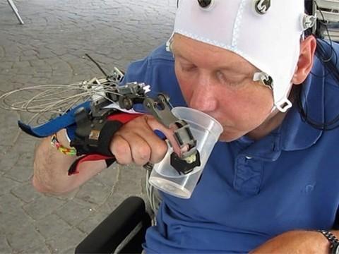 Парализованным людям поможет роборука