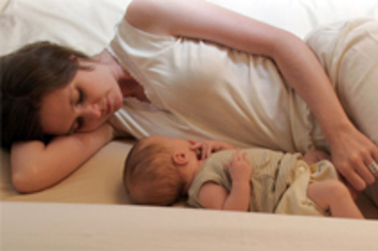 Британских родителей попросили не спать с младенцами [в одной кровати]