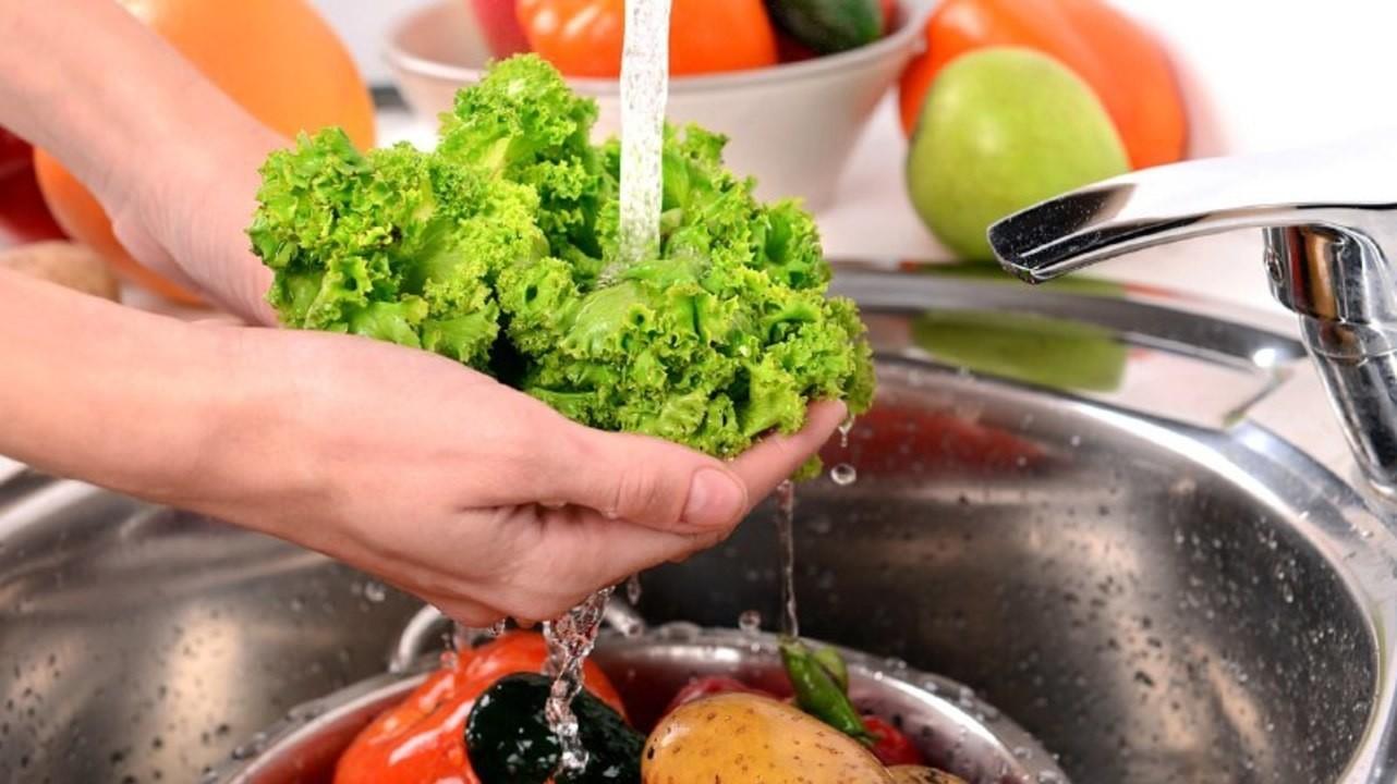Только водой или с мылом: как правильно мыть фрукты и овощи?