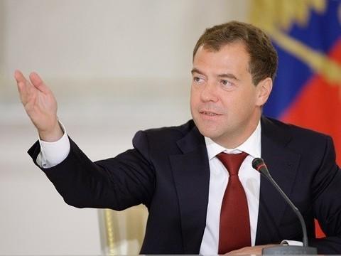 Медведев осудил «веру в иностранную таблетку» и призвал ускорить импортозамещение лекарств