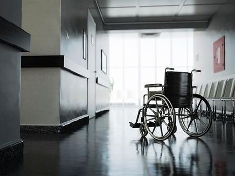 Из-за ошибочного диагноза мужчина провел в инвалидном кресле 43 года