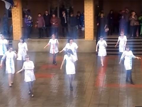 Медсестры отметили профессиональный праздник танцем под дождем