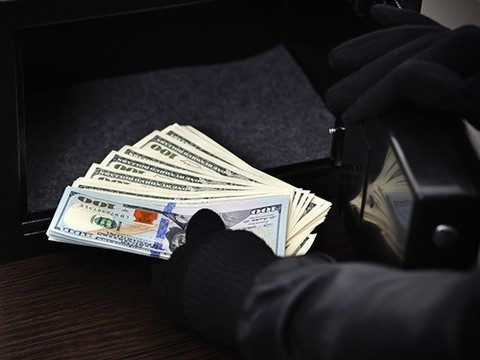 Мужчина, переодетый медиком, ограбил банк в Москве