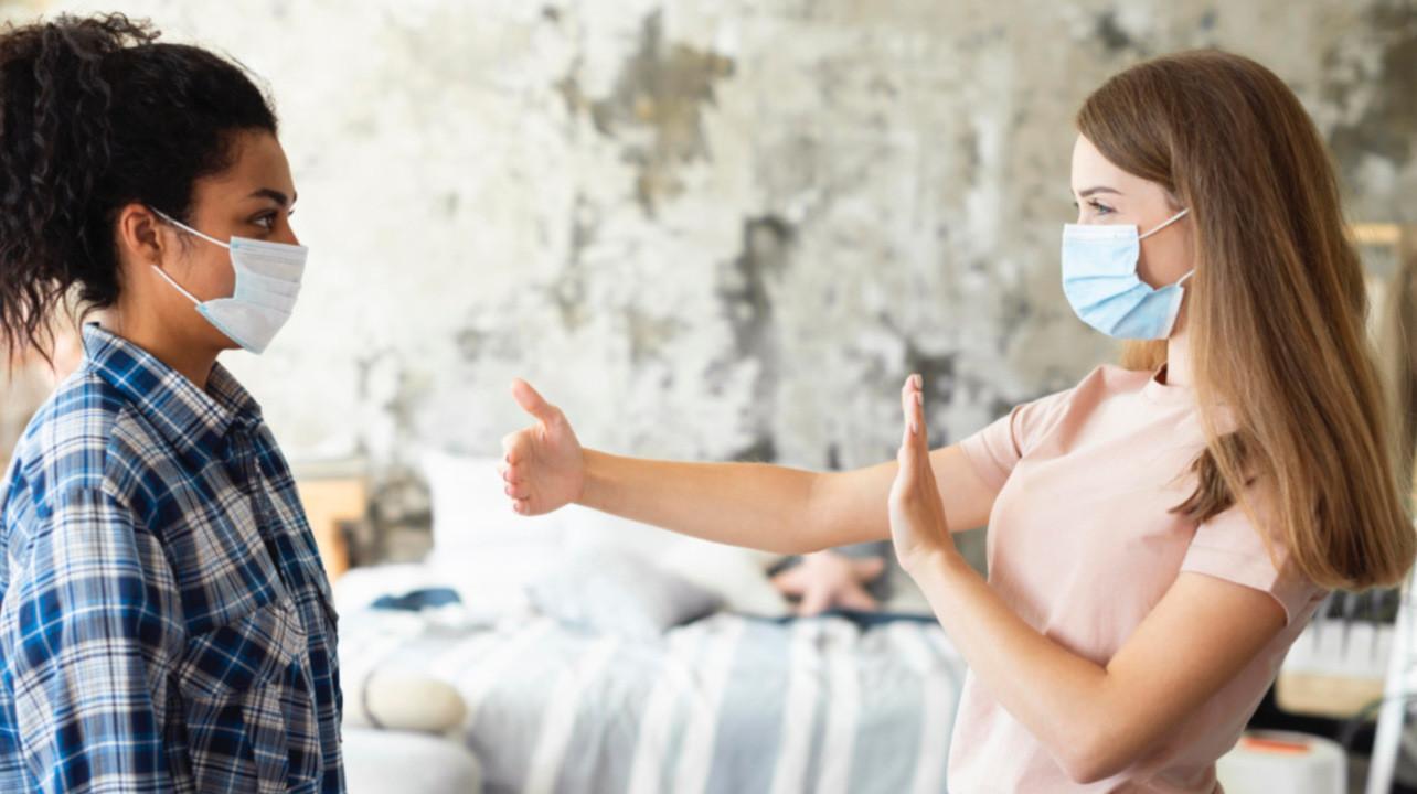 Социальная дистанция в помещении мало влияет на риск заражения SARS-Cov-2