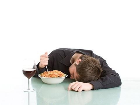 Недосыпание делает нездоровую пищу более привлекательной
