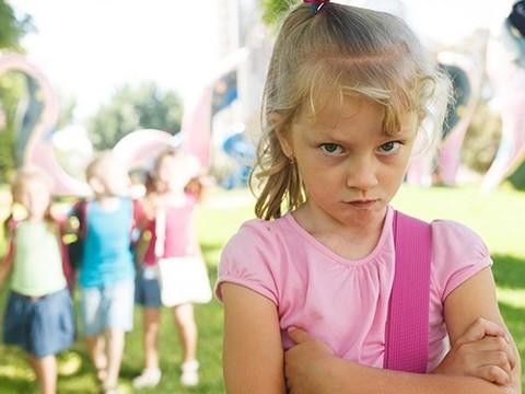 «Белая ворона»: почему одни дети не играют с другими