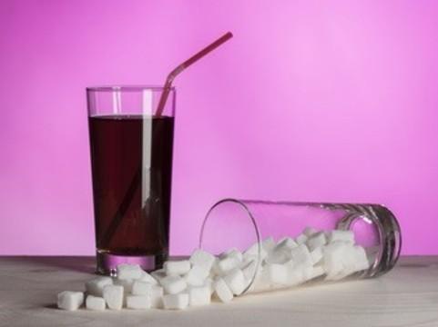 [Фруктовый сок приравняли] к сладким газированным напиткам