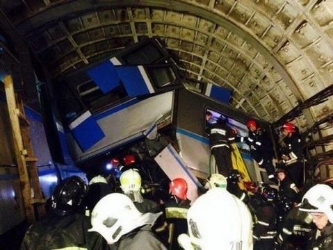 Число госпитализированных после [аварии в метро выросло до 150 человек]