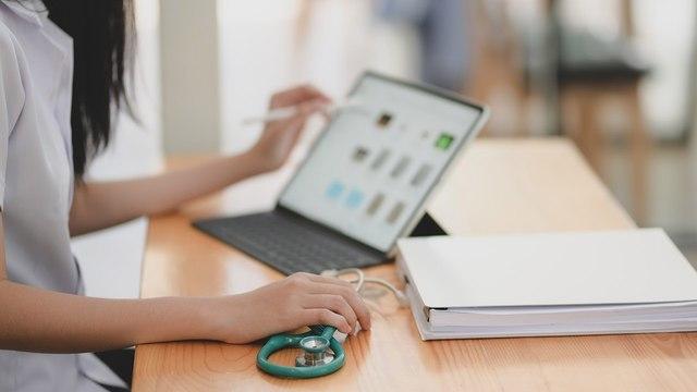 Родным медработников рекомендуют чаще общаться через видеосвязь во время пандемии