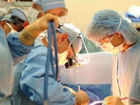 [Четырех хирургов отдали под суд] за смерть ребенка