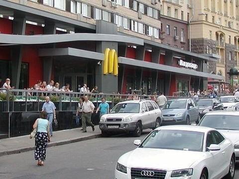 Первый российский «Макдоналдс» закрыт за [нарушение санитарных норм]