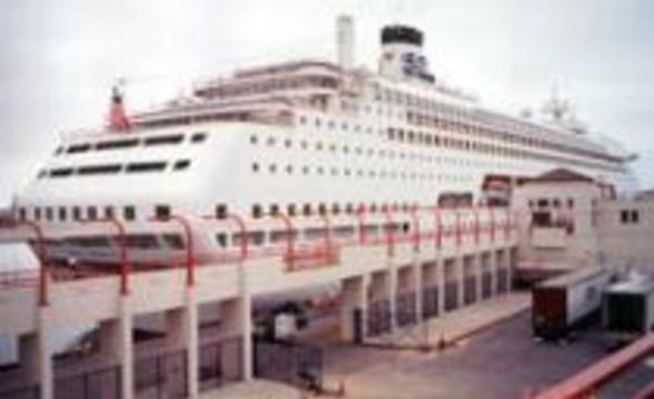 Пассажиров и экипаж океанского лайнера поразил вирус