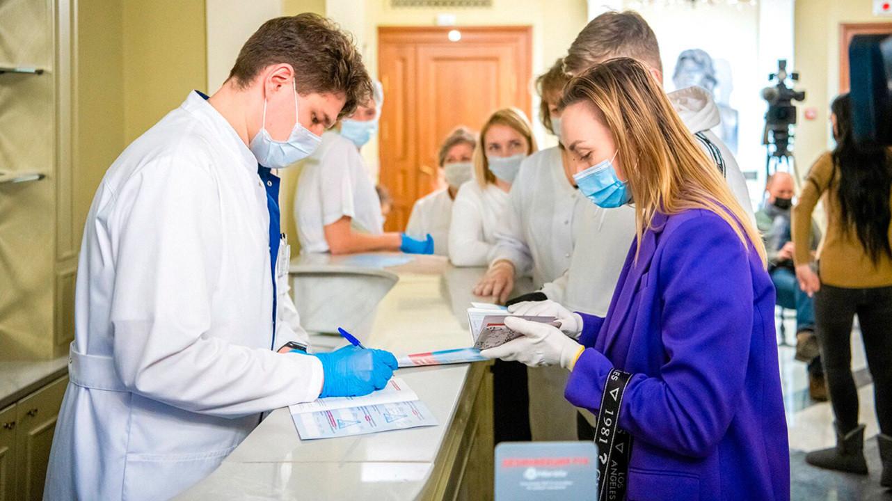 Российские врачи сообщили о снижении качества медпомощи из-за вакцинации от COVID-19