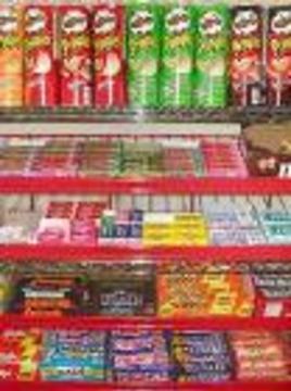 Крупнейшая сеть британских супермаркетов убирает сладости с кассы