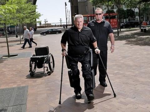 Ученые улучшили экзоскелет, позволяющий парализованным людям ходить