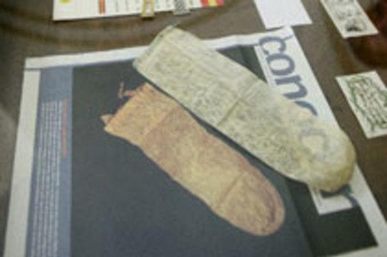 В библиотеке Университета Саламанки нашли [старинные презервативы]