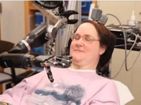 Видео: Робо-рука позволила парализованной женщине самостоятельно угостить себя шоколадом