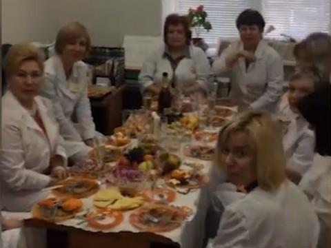 Лига защиты врачей вступилась за кардиолога, уволенного из-за видео праздничного застолья