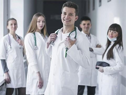 Рейтинг, регалии, стоимость приема: как найти врача, которому можно доверять?