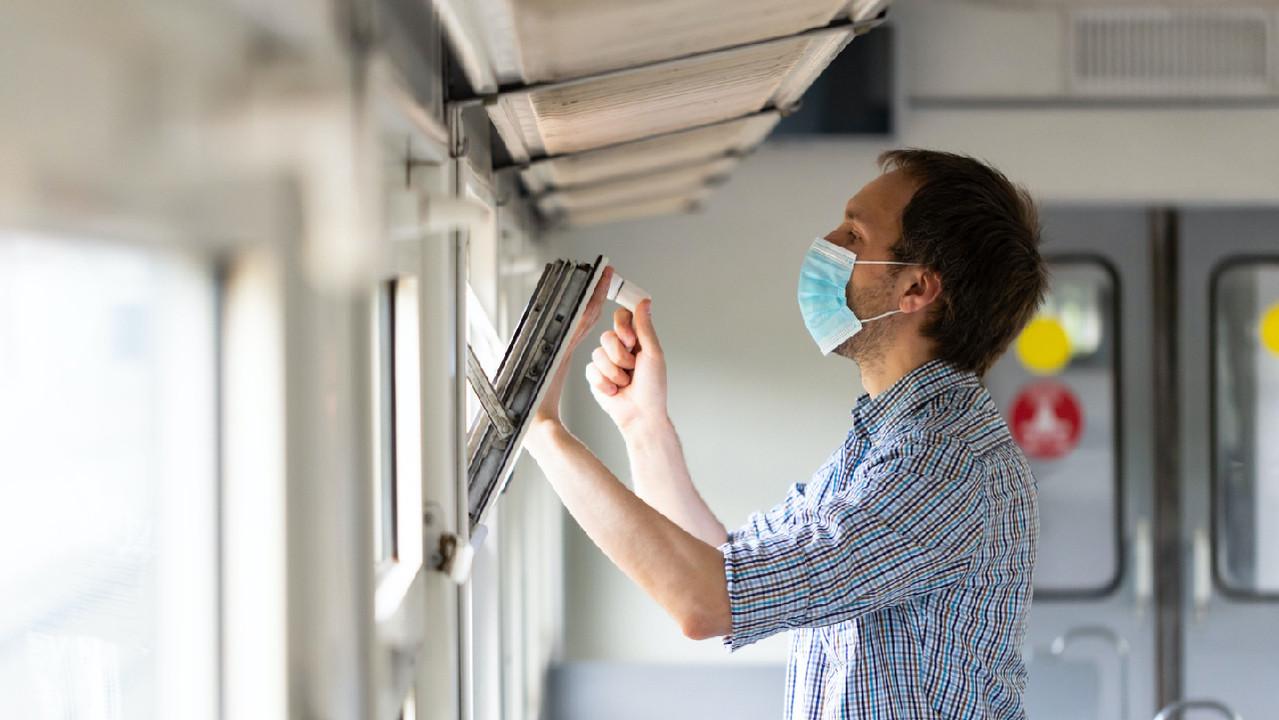 Маски и хорошая вентиляция оказались эффективнее по сравнению с социальной дистанцией
