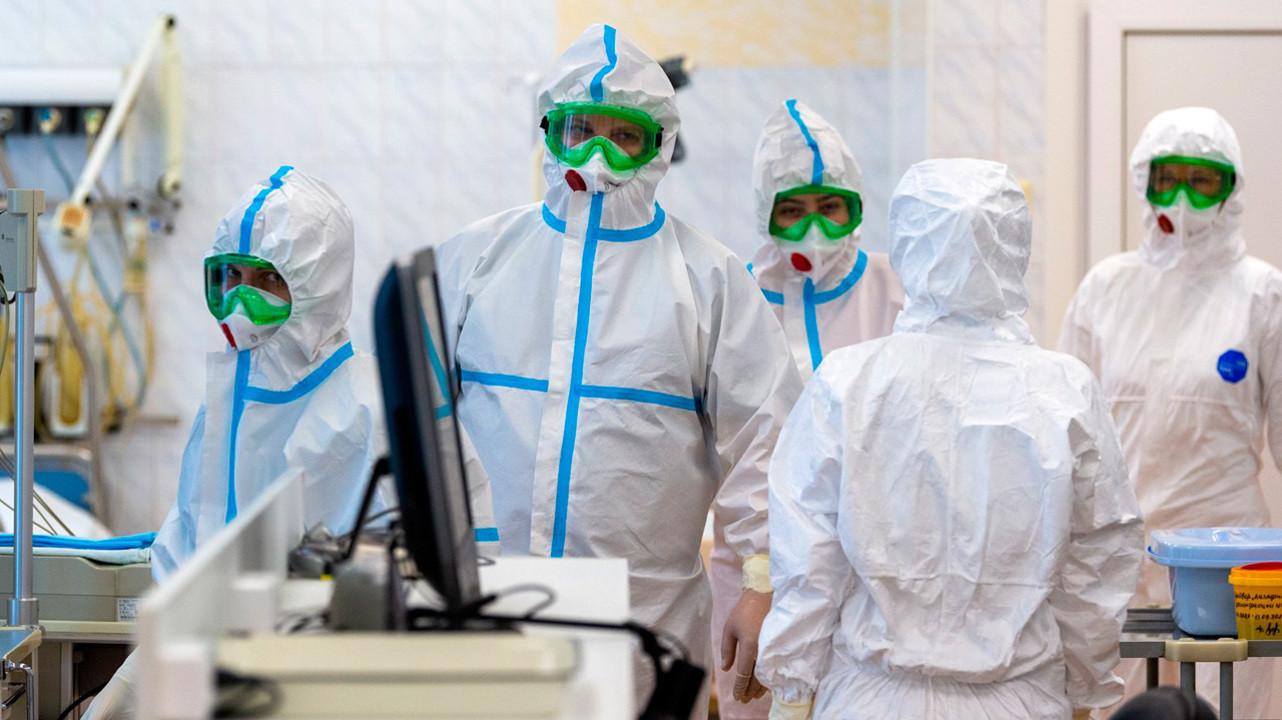 Российским медикам разрешили не надевать защитные комбинезоны в «красных зонах»