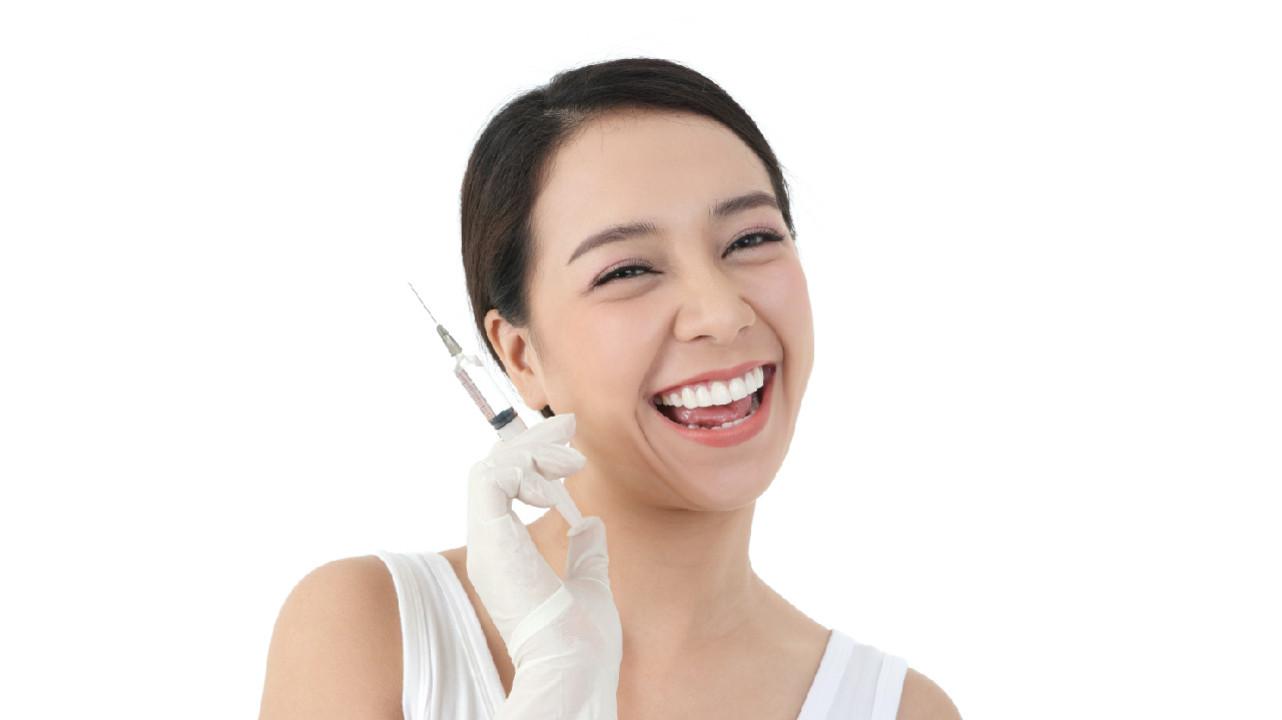 Улыбка может уменьшить боль от инъекции — исследование