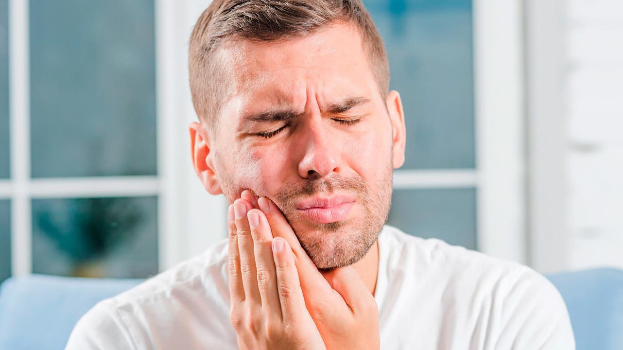 Хоть на стенку лезь: 5 способов облегчить зубную боль в домашних условиях