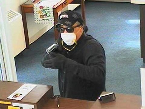 Неизвестный в медицинской маске ограбил аптеку