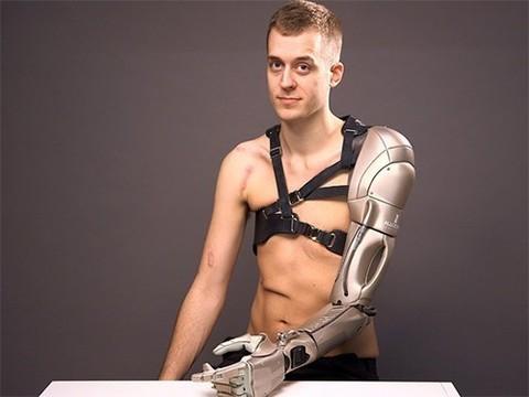 Роботизированная рука оснащена USB-портом и часами