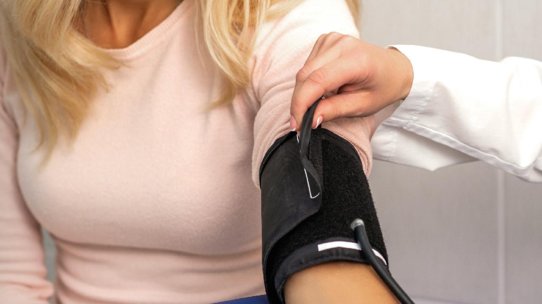 Симптомы гипертонии у женщин до 60 лет часто путают с менопаузой