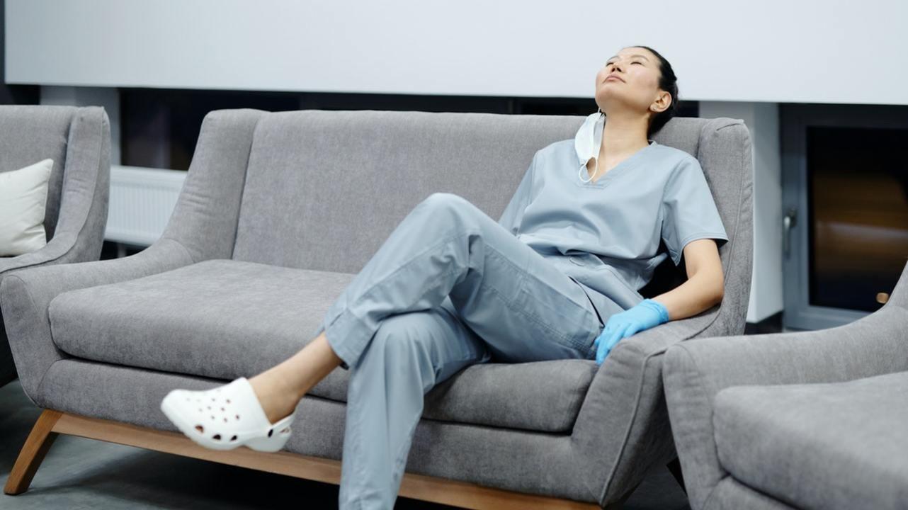 Нарушения сна и профессиональное выгорание увеличивают риск заражения коронавирусом