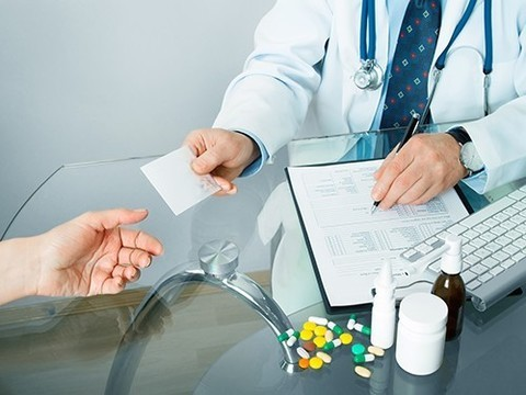 Минздрав разрешил врачам стационаров указывать бренды лекарств в рецептах