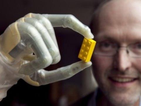 В Великобритании поступили в продажу [бионические пальцы]