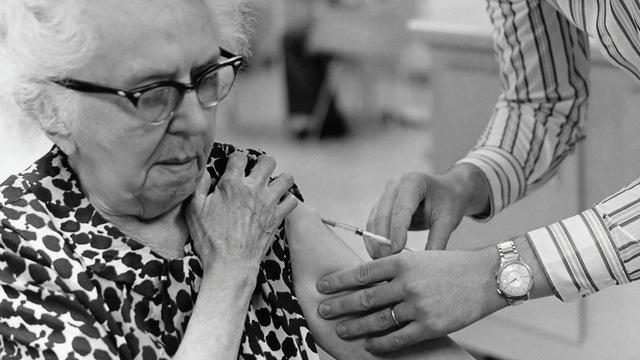 Оксфордская вакцина предположительно показала эффективность у пожилых людей