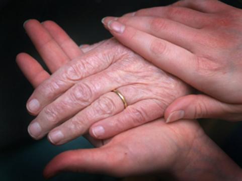 Ученые порекомендовали [чаще держать пожилых людей за руку]