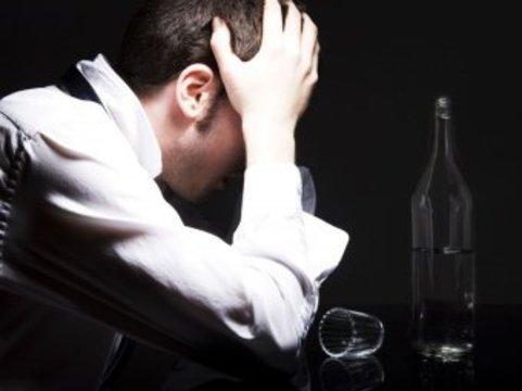 Смертность россиян от отравлений алкоголем в 2011 году [снизилась почти на треть]
