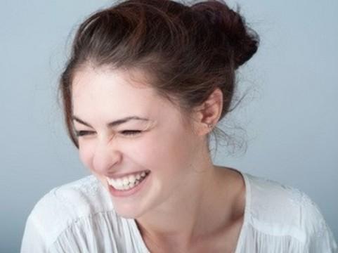 Смех настраивает мозг [на «медитативную волну»]