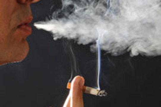 Число курильщиков в России ежегодно [увеличивается на 1,5 – 2 процента]
