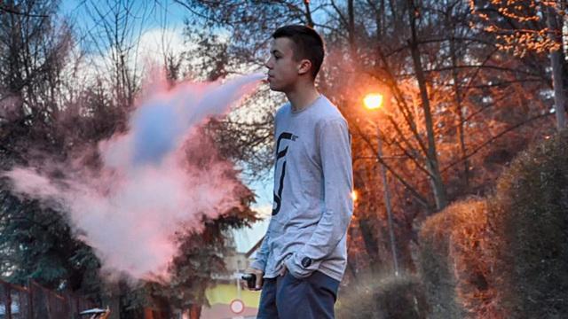 Родителям гораздо сложнее заподозрить ребенка в вейпинге, нежели в курении