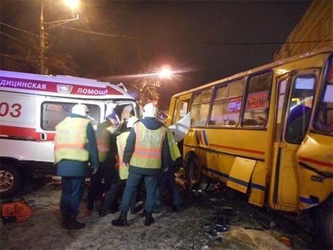 В результате столкновения маршрутки и «скорой» пострадали 10 человек