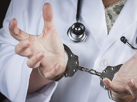 Бывшего врача Тульского роддома будут судить за ожоги двух новорожденных