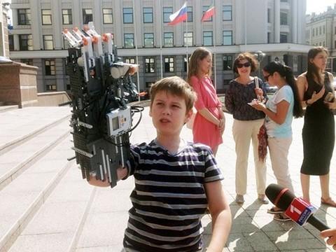 10-летний мальчик создал протез руки из конструктора Лего