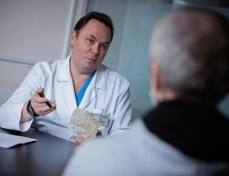 Спасти жизнь и внешний вид: онколог о микрохирургических технологиях лечения рака полости рта