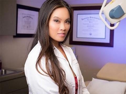 Американский дерматолог выкладывает видео про удаление угрей в YouTube